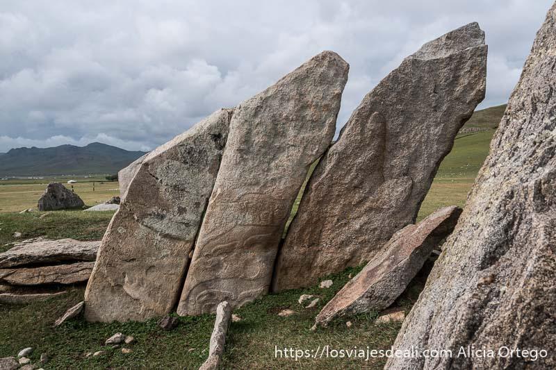piedras planas puestas en vertical con grabados de símbolos en el valle de orkhon