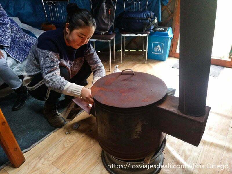 joven encendiendo nuestra estufa en el ger viajar a mongolia