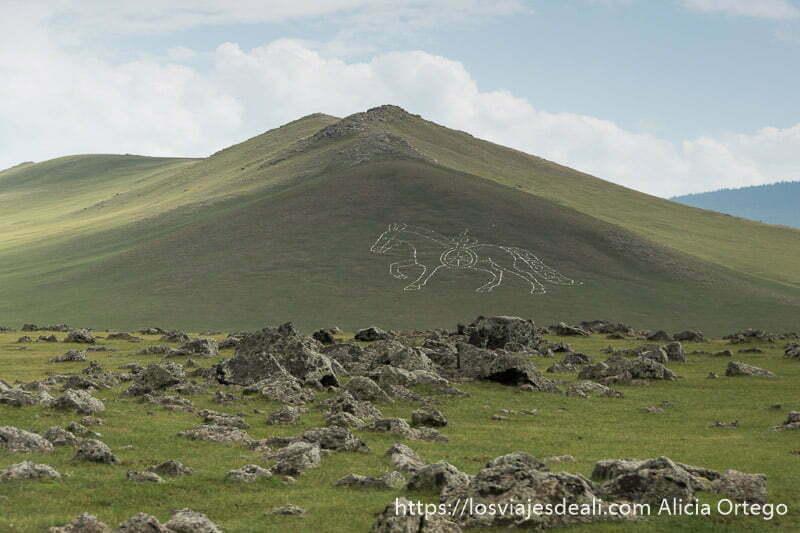 figura de gengis kan en una colina verde en el valle de orkhon