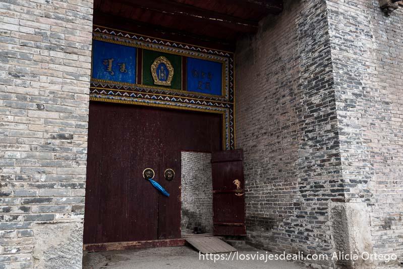 puerta de las murallas de karakorum con pomos en forma de cabeza de león