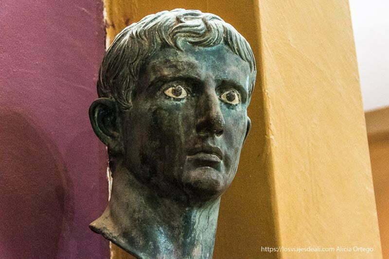 busto romano de césar en bronce con ojos de piedra que parecen reales en jartum