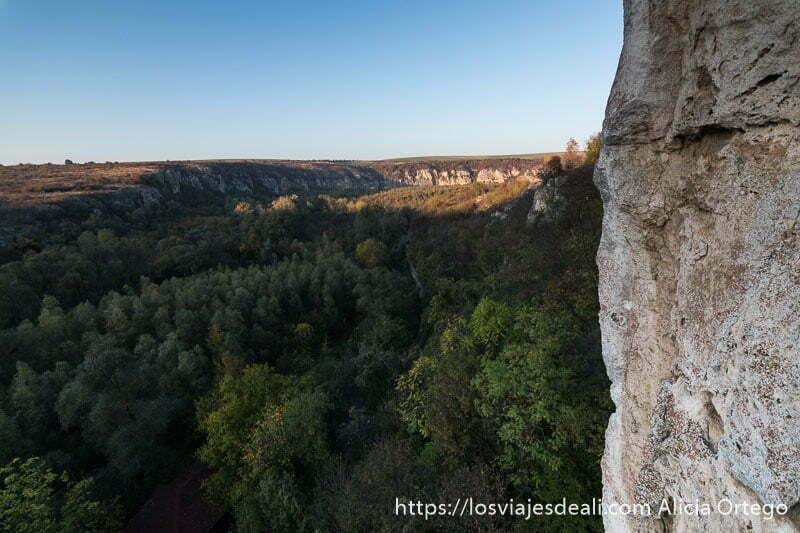 vistas desde el balcón de la iglesia rupestre de ivanovo con cañón de piedra y bosque abajo siendo patrimonio de la humanidad de bulgaria