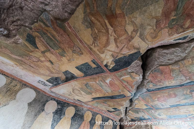 techo de la iglesia de ivanovo cubierta de escenas religiosas pintadas en varios colores con una gran grieta cruzándolas en diagonal