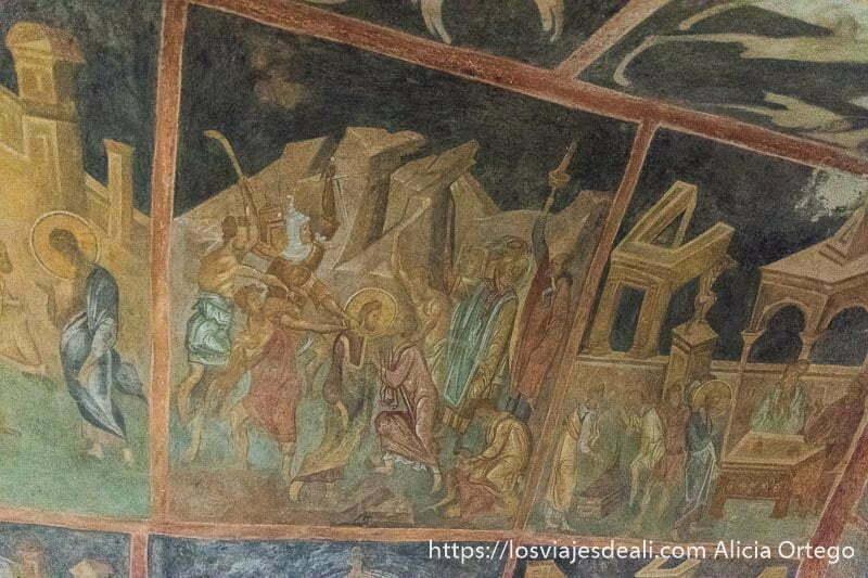 pinturas de ivanovo con varios colores en una se ve a jesus rodeado de gente pidiéndole cosas sitio patrimonio de la humanidad de bulgaria