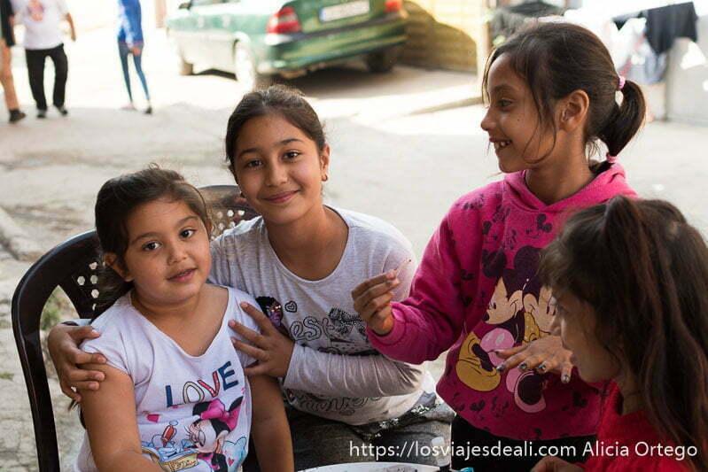 niñas pintándose las uñas en la calle en la mahala de los gitanos de bulgaria