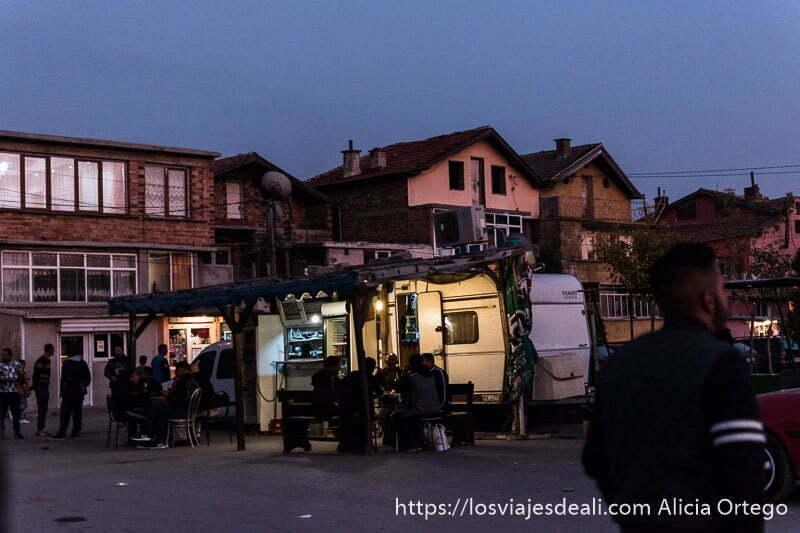 roulotte cafetería en la plaza de la mahala de sliven gitanos de bulgaria