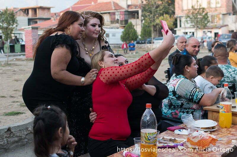 4 invitadas a boda gitana haciéndose un selfie con su móvil en sliven