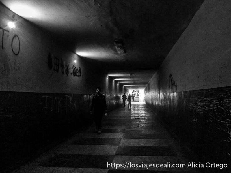 túnel de entrada a la mahala de sliven muy largo, oscuro y con escaleras al fondo y niños como sombras