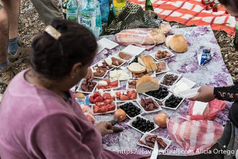picnic en el suelo a base de aceitunas, salchichón, tomate, salchichas y pan en la convivencia con los gitanos de bulgaria