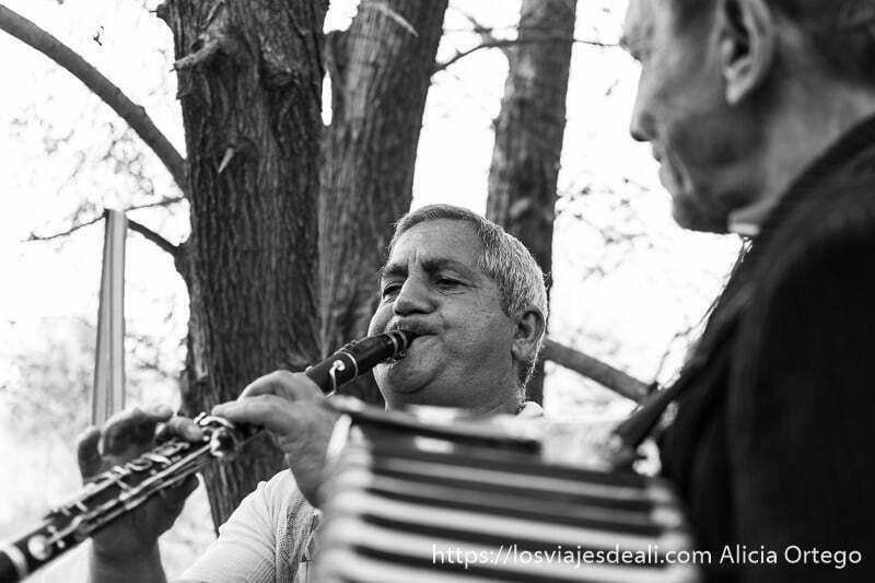 músico tocando el clarinete y otro el acordeón junto a unos árboles en la experiencia con los gitanos de bulgaria
