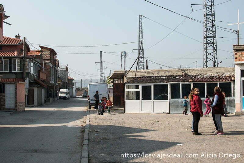 calle del barrio de los gitanos turcos en Nadezhda con cuatro chicas a la derecha y grupos de niños