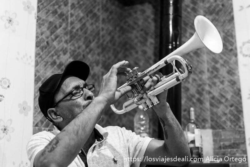 músico tocando trompeta foto en blanco y negro en mi experiencia con los gitanos de bulgaria