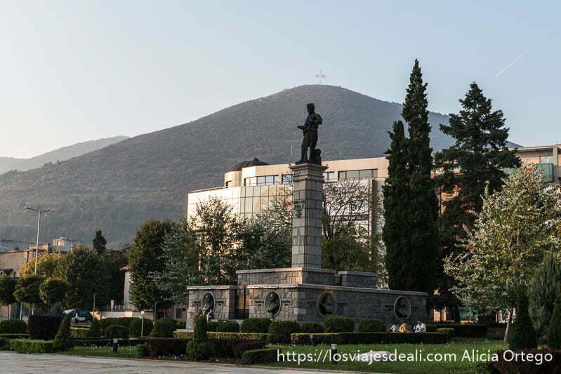 monumento a los partisanos en Sliven con jardin alrededor y monte karandila cubierto de bosques detrás