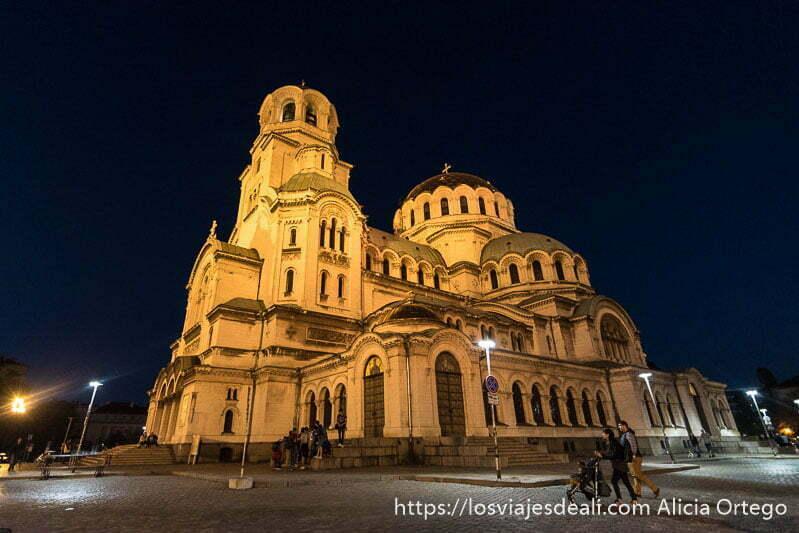 catedral de alexander nevski con sus cúpulas iluminada por la noche en sofía