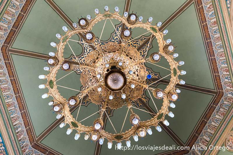 enorme lámpara de cobre con bombillas vista desde abajo en la sinagoga de sofía