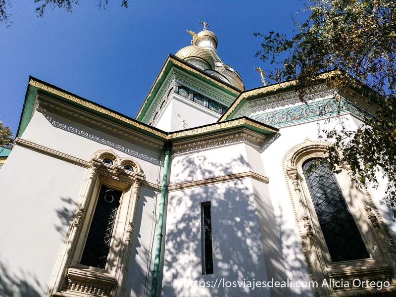 iglesia rusa de sofía con cúpulas doradas