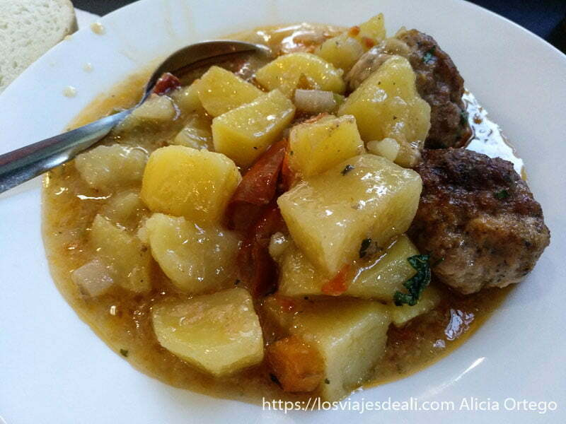 plato de albóndigas con patatas y pimiento