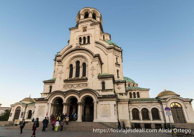 fachada frontal de la catedral de alexander nevski