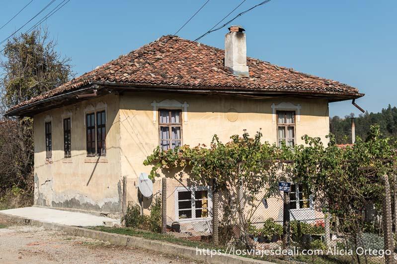 casa de pueblo de dos pisos con chimenea y tejado de tejas