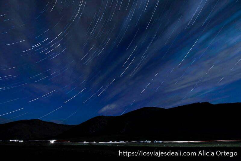 foto del valle por la noche con trazas de estrellas en el cielo y nubes de varios colores en mongolia central