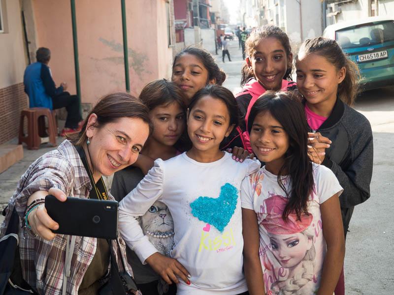 haciéndome un selfie con 6 niñas gitanas de unos 10 años en sliven