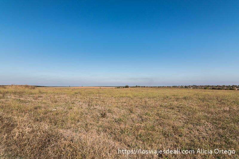 campo de sveshtari con gran horizonte y cielo muy azul sitio patrimonio de la humanidad de bulgaria