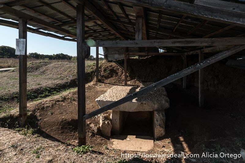 tumba tracia que es como un dolmen de piedra de sveshtari protegida por tejado sitio patrimonio de la humanidad de bulgaria