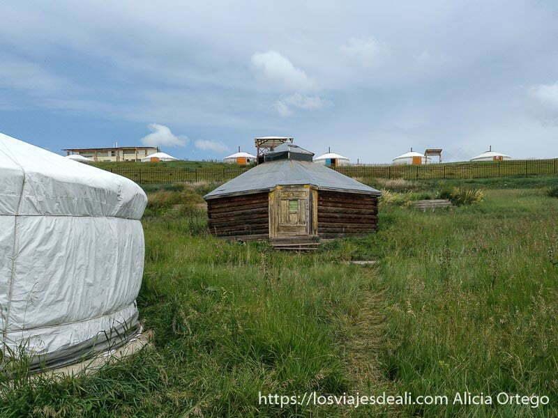 gers del campamento de tsenherin en mongolia central