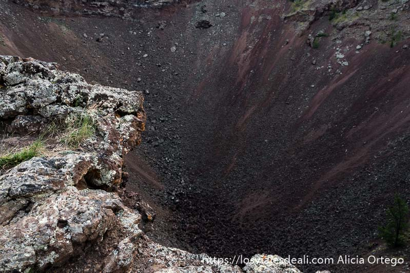cráter grande del volcán de khorgo con lava de color rojizo y gris
