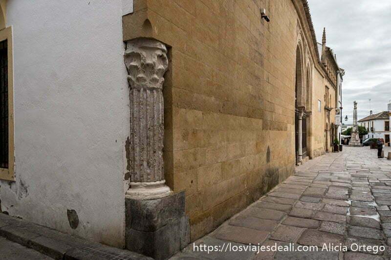 esquina del museo de bellas artes con columna romana visitar córdoba