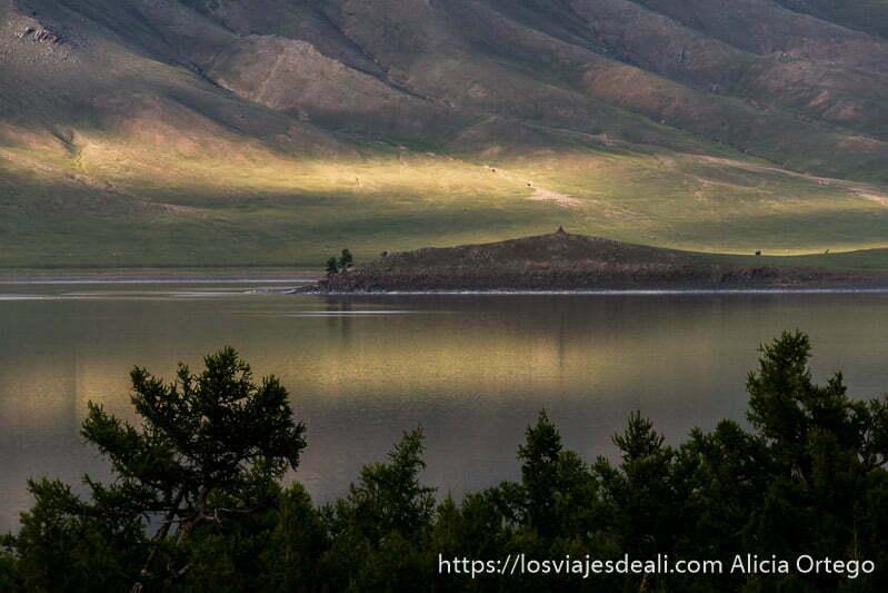 islote en el lago reflejándose con rayos de sol un lugar de mongolia