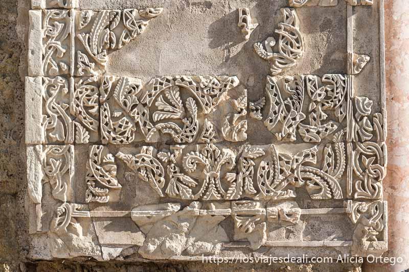 atauriques que son piezas de yeso con dibujos florales creando formas laberínticas
