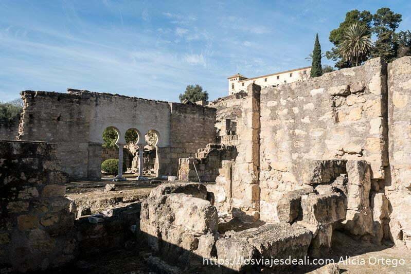 muros derruidos y puerta con tres arcos en el yacimiento de medina azahara
