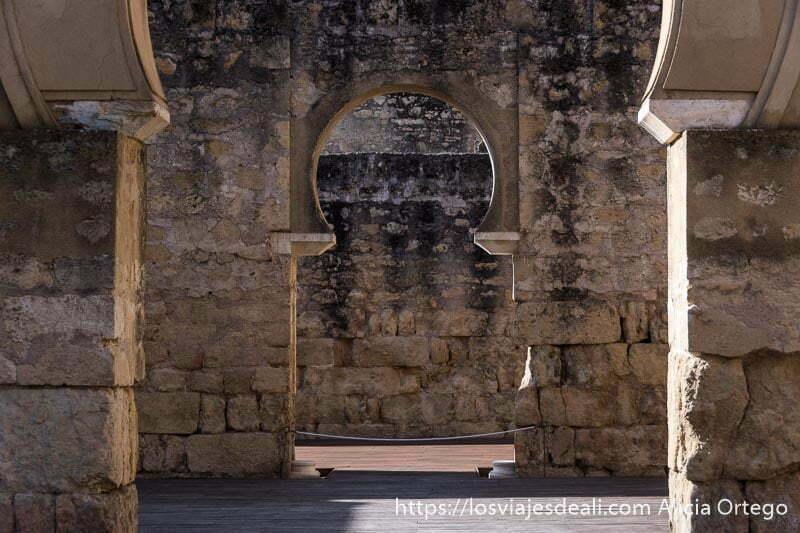 muros terminados en arcos formando un pasillo recto en medina azahara