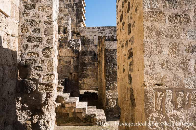 escaleras y muros gruesos en la zona de entrada de medina azahara