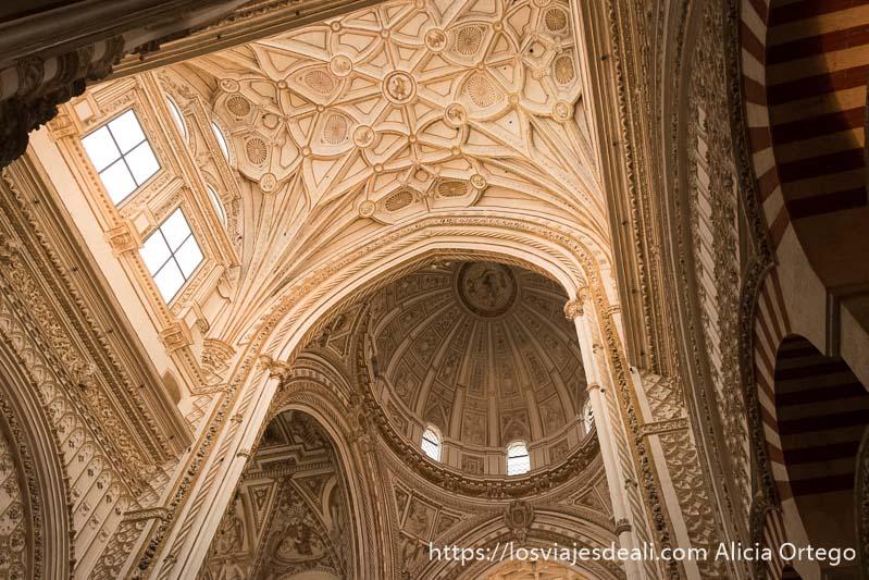 cúpula del crucero de la mezquita de córdoba pintada de colores claros y por donde pasa mucha luz