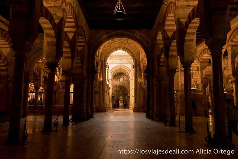 pasillo de arcos y columnas de la mezquita de córdoba