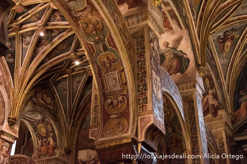 arcos y cúpulas pintados con ángeles y motivos florales en una capilla de la mezquita