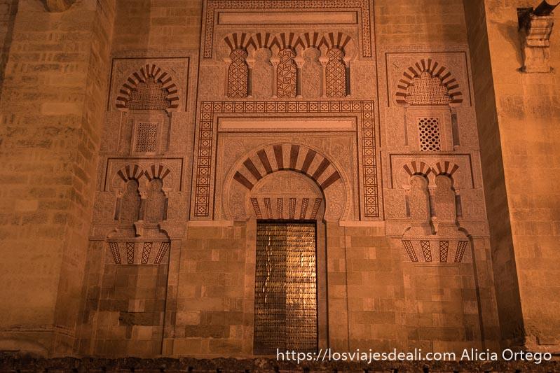 puerta exterior de la mezquita con arcos árabes y decoración geométrica
