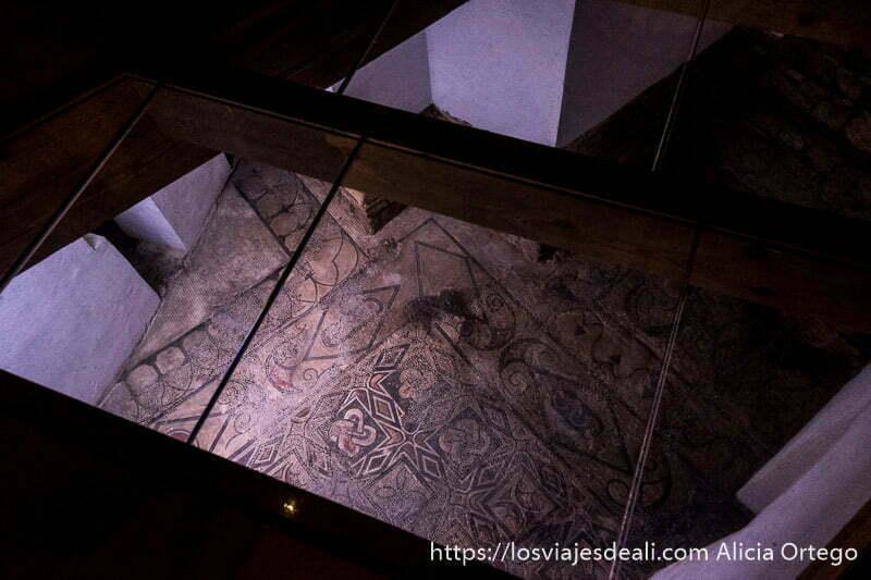 vista de moasicos bizantinos desde arriba a través de un cristal para poder mirarlo