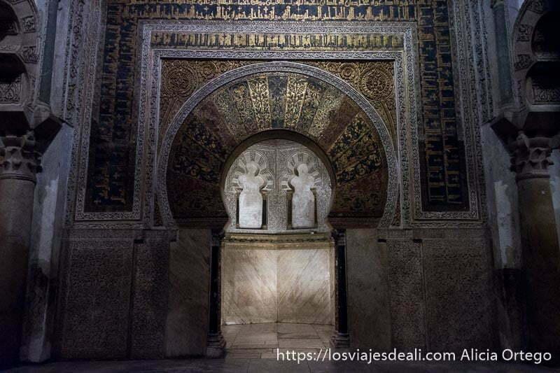 arco central del mihrab de la mezquita de córdoba que da paso a una pequeña habitación con arcos y rodeada de mosaicos