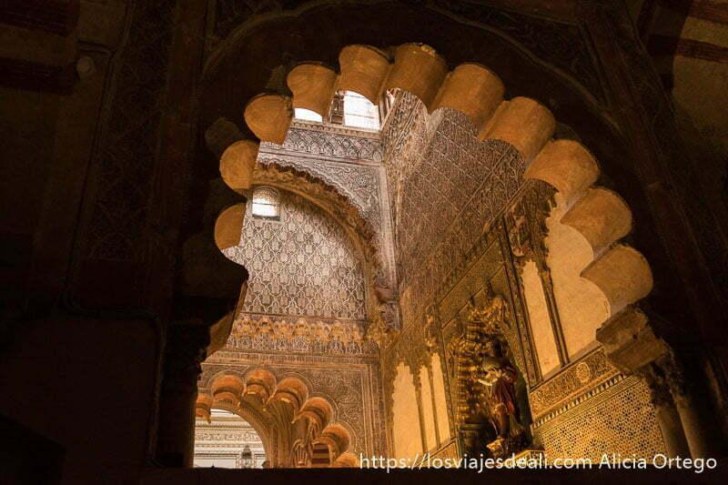 parte superior de la capilla real vista desde fuera a través de un arco polilobulado