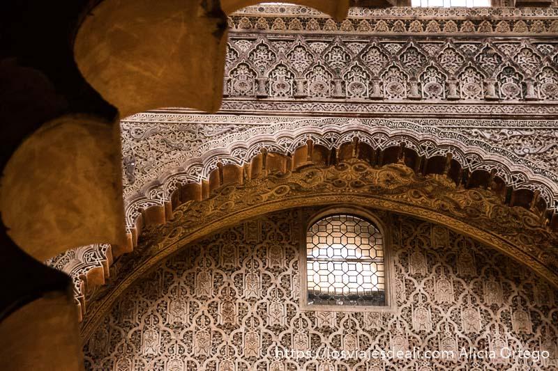 decoración de yeso formando brocados en forma de arco y ventana con vidriera en la mezquita de córdoba