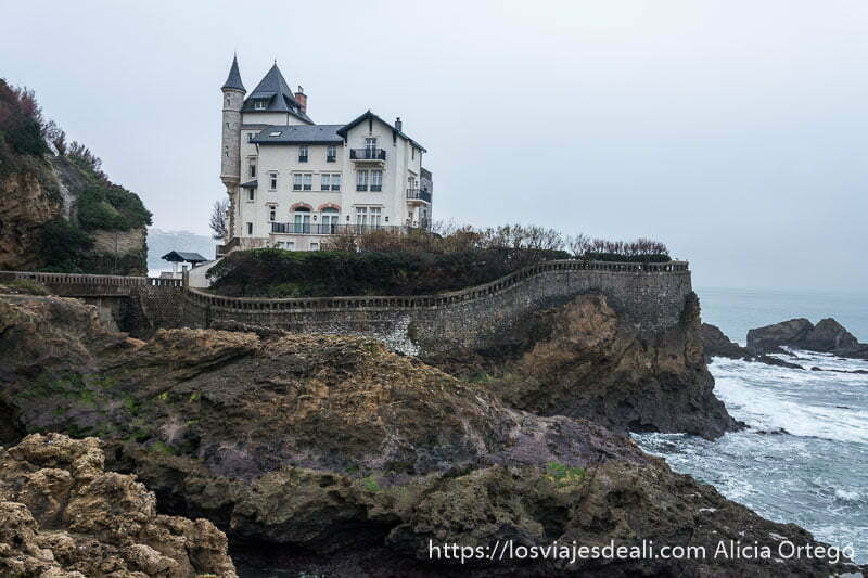 villa belza con torre de piedra con tejado en punta encima de una roca junto al mar en la excursión a san juan de luz y biarritz