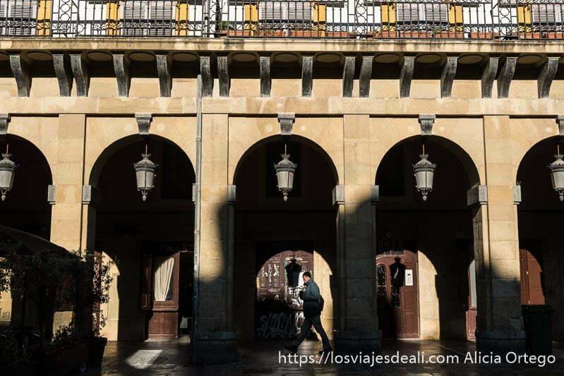 soportales de la plaza de la Constitución de San Sebastián con grandes farolas colgando en el centro de cada arco