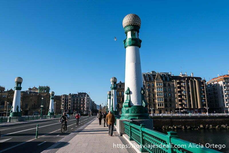 puente del kursaal de san sebastián con farolas grandes que son como columnas pintadas de blanco y verde