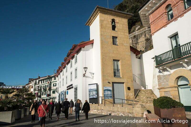 calle del barrio de pescadores de san sebastián con un edificio que fue iglesia con campanario y hoy es el museo de la ciudad
