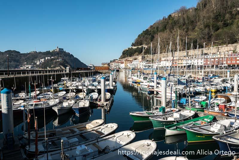 puerto de san sebastián lleno de barcas de recreo