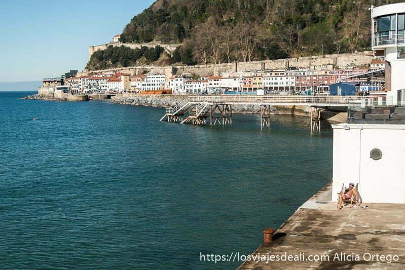 ladera del monte urgull llena de casas pesqueras y a la izquierda el mar en un día soleado en san sebastián