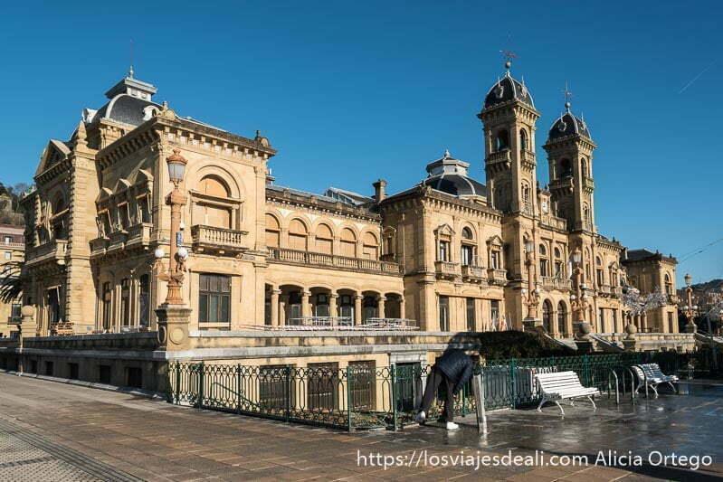 ayuntamiento de san sebastián con sus dos torres en la fachada